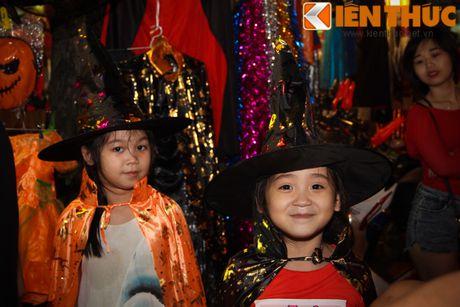 Nguoi gia, thanh nien, tre em... don Halloween som tren pho Hang Ma - Anh 6