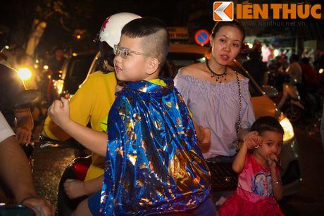 Nguoi gia, thanh nien, tre em... don Halloween som tren pho Hang Ma - Anh 8