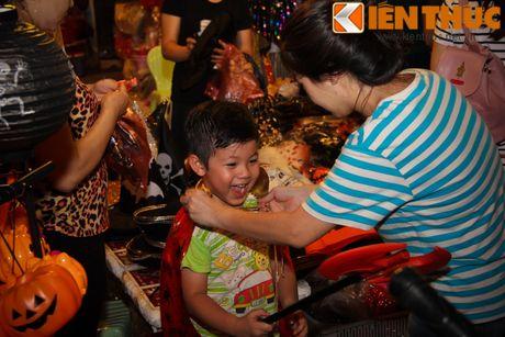 Nguoi gia, thanh nien, tre em... don Halloween som tren pho Hang Ma - Anh 9