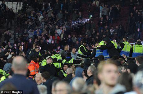 West Ham phat tron doi CDV qua khich - Anh 1