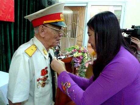 Trao Huy hieu 70 nam tuoi Dang cho 5 dang vien lao thanh quan Hai Ba Trung - Anh 1
