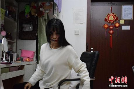 Nu sinh truong mua chuyen dong gia ma quy - Anh 2