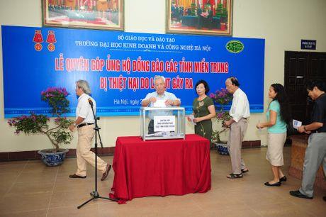 Truong DH KD va CN phat dong ung ho dong bao mien Trung - Anh 2
