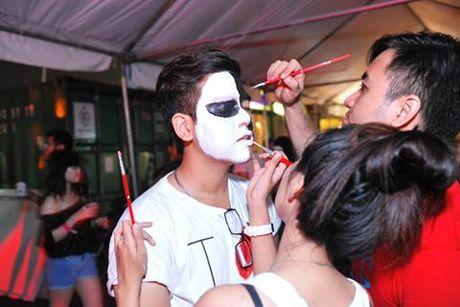 Khong khi tung bung don chao Halloween cua gioi tre Ha Thanh - Anh 1