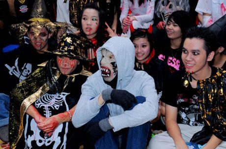 Khong khi tung bung don chao Halloween cua gioi tre Ha Thanh - Anh 2