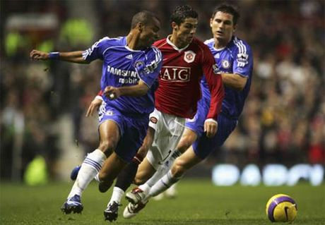Ashley Cole la doi thu kho chiu nhat cua Ronaldo - Anh 1