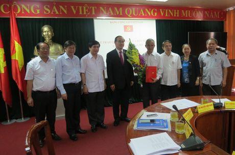 Trao Quyet dinh cua Bo Chinh tri ve cong tac can bo cho dong chi Dang Ngoc Tung - Anh 2