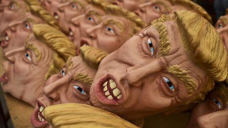 Gioi tre dien cuong lung suc mat na Donald Trump va Hillary Clinton choi Halloween - Anh 1