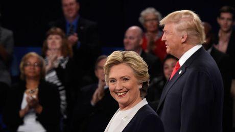 Gioi tre dien cuong lung suc mat na Donald Trump va Hillary Clinton choi Halloween - Anh 3