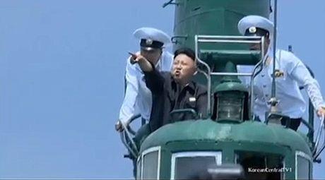 Ong Kim Jong-un khoe tai ban sung, lai may bay dieu luyen - Anh 1