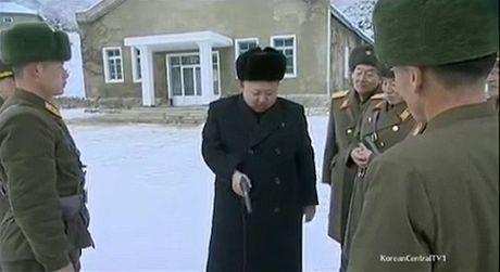 Ong Kim Jong-un khoe tai ban sung, lai may bay dieu luyen - Anh 3