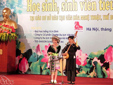 Khen thuong cac hoc sinh, sinh vien, van dong vien, giao vien tieu bieu nguoi dan toc thieu so - Anh 8