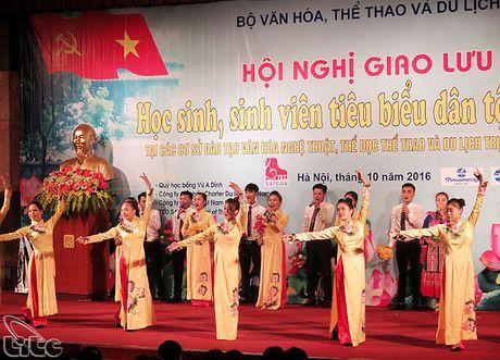 Khen thuong cac hoc sinh, sinh vien, van dong vien, giao vien tieu bieu nguoi dan toc thieu so - Anh 9