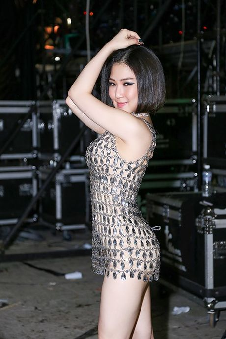 Huong Tram mac vay ngan boc lua khoe noi y 'dot mat' khan gia - Anh 2
