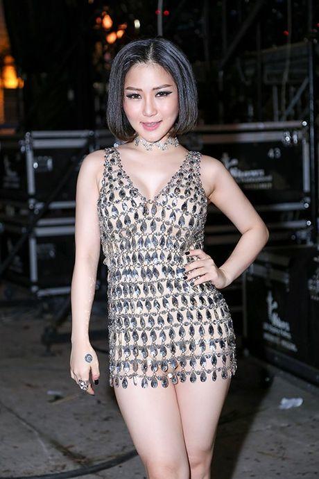 Huong Tram mac vay ngan boc lua khoe noi y 'dot mat' khan gia - Anh 3