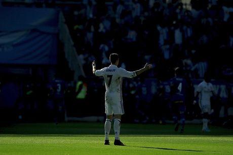 Ronaldo lap hat-trick, Real pha dop Alaves ngay tren san khach - Anh 3