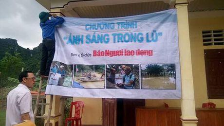 """Bao Nguoi Lao Dong trao 15 may phat dien """"anh sang trong lu"""" cho Quang Binh - Anh 2"""