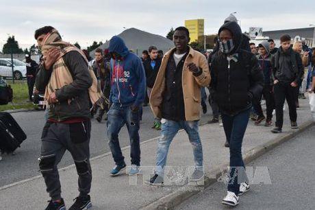 """Hang nghin nguoi va vat o Paris sau khi """"rung ti nan"""" Calais bi xoa so - Anh 1"""