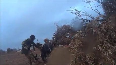 Khoanh khac cuoi cung cua tay sung IS truoc khi bi ban ha o Raqqa - Anh 1