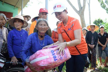 Hoi tieu thuong Vieng Chan Lao di xuyen ngay dem, cuu tro vung lu - Anh 2