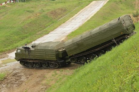 Kha nang dac biet cua 'vua xe dia hinh' banh xich S-300 Vityaz - Anh 15