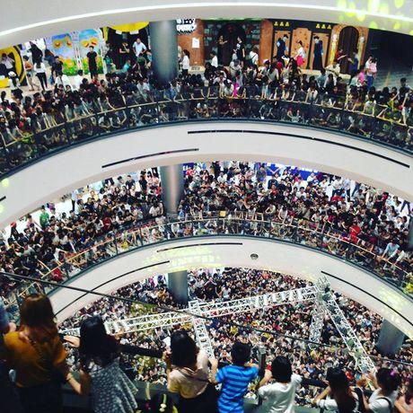 Fan chen lan xo day khi Noo Phuoc Thinh xuat hien tai Aeon Mall - Anh 1