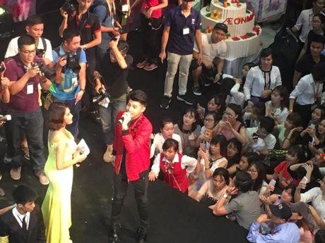 Fan chen lan xo day khi Noo Phuoc Thinh xuat hien tai Aeon Mall - Anh 2