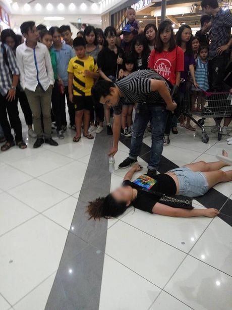 Fan chen lan xo day khi Noo Phuoc Thinh xuat hien tai Aeon Mall - Anh 3