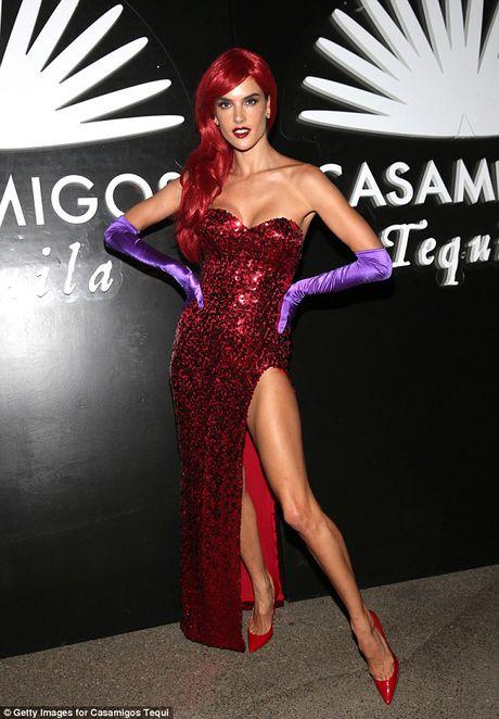 Alessandra Ambrosio dien vay xe cuc cao o tiec Halloween - Anh 2