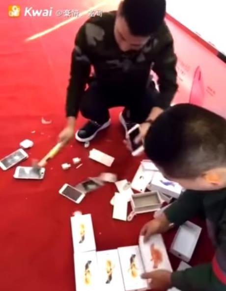 Buc tuc, nam thanh nien chi 1,6 ty mua iPhone roi dap nat - Anh 1