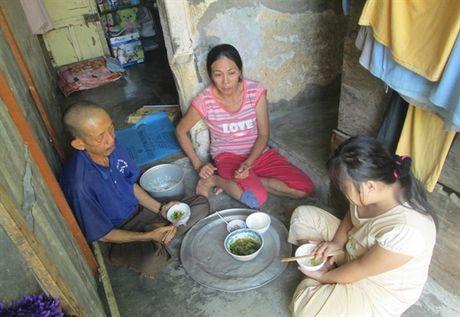 Khon cung nguoi phu nu ban rau nuoi chong con benh tat - Anh 2