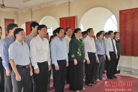 Pho Chu tich Quoc hoi Tong Thi Phong dang huong tai Nghia trang liet sy Viet - Lao - Anh 1