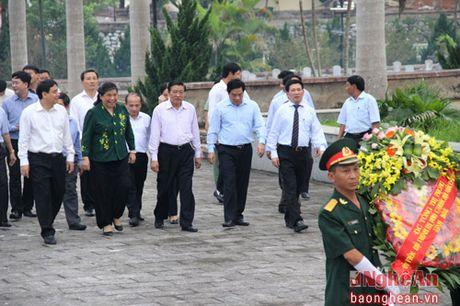 Pho Chu tich Quoc hoi Tong Thi Phong dang huong tai Nghia trang liet sy Viet - Lao - Anh 2