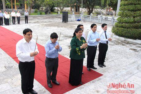 Pho Chu tich Quoc hoi Tong Thi Phong dang huong tai Nghia trang liet sy Viet - Lao - Anh 3