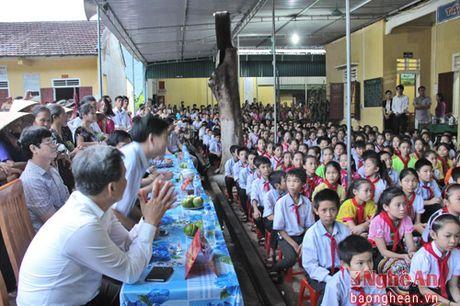 Pho Chu tich Quoc hoi Tong Thi Phong dang huong tai Nghia trang liet sy Viet - Lao - Anh 4
