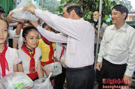 Pho Chu tich Quoc hoi Tong Thi Phong dang huong tai Nghia trang liet sy Viet - Lao - Anh 5