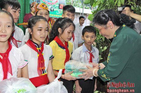 Pho Chu tich Quoc hoi Tong Thi Phong dang huong tai Nghia trang liet sy Viet - Lao - Anh 6