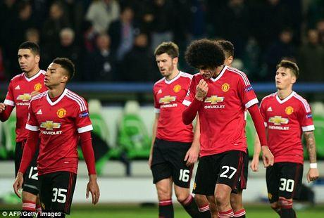 Manchester United: Ba nam, chi 460 trieu bang va day ray su bat on - Anh 1