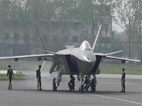Trung Quoc sap 'trinh lang' tiem kich tang hinh J-20 - Anh 1