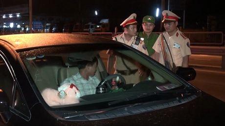 Tai xe say ruou, chui CSGT roi co thu trong xe - Anh 1