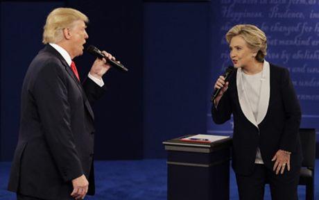 Ba Clinton noi rong khoang cach voi ong Trump truoc be boi thu dien tu - Anh 1