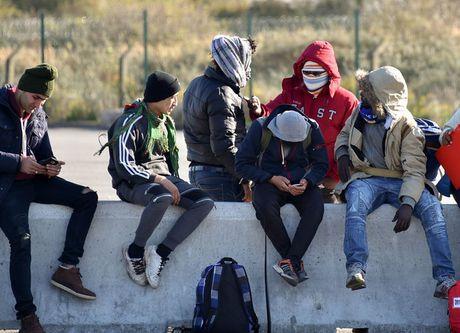 Phap hoi thuc Anh tiep nhan 1.500 tre vi thanh nien tu Calais - Anh 1