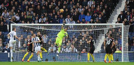 Aguero thong nong, Guardiola co tran thang dau tien sau 7 tran - Anh 11