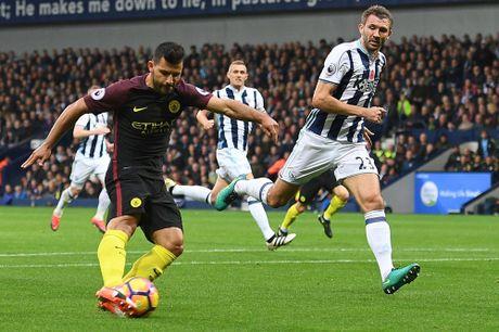 Aguero thong nong, Guardiola co tran thang dau tien sau 7 tran - Anh 2