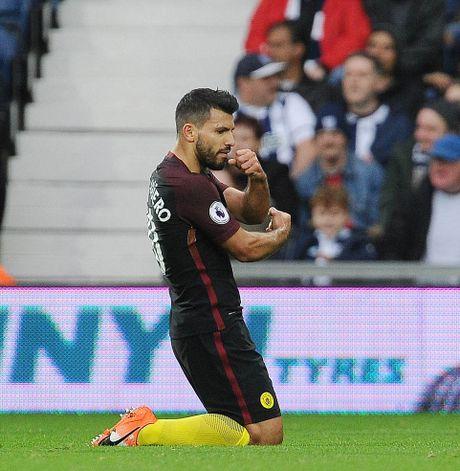 Aguero thong nong, Guardiola co tran thang dau tien sau 7 tran - Anh 6