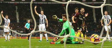 Aguero thong nong, Guardiola co tran thang dau tien sau 7 tran - Anh 9
