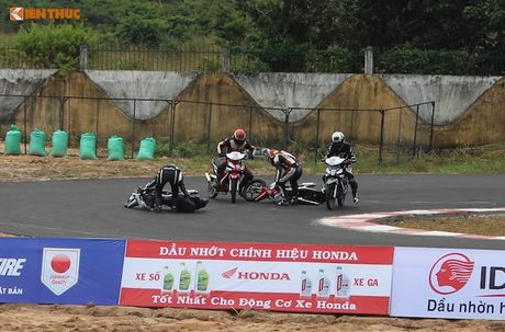 Hon 50 xe may Honda Viet 'dua nong' tai Binh Duong - Anh 9
