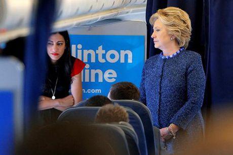 Nu tro ly xinh dep luon sat canh ben ba Clinton - Anh 1