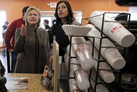 Nu tro ly xinh dep luon sat canh ben ba Clinton - Anh 3