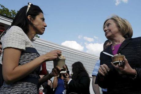 Nu tro ly xinh dep luon sat canh ben ba Clinton - Anh 5